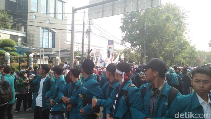 Foto: BEM Seluruh Indonesia (BEM SI) wilayah Jabodetabek dan Banten menggelar aksi Bela Rupiah di kantor Kementerian Keuangan. (Nur Azizah-detikcom)