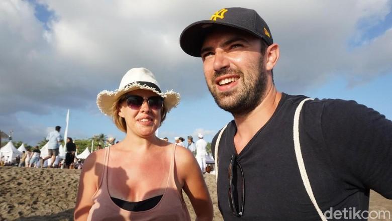 Killian dan Samantha, turis Irlandia yang ikut melepas tukik (Aditya/detikTravel)