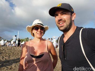 Ketika Turis Asing Ikut Lepas Tukik di Petitenget Festival