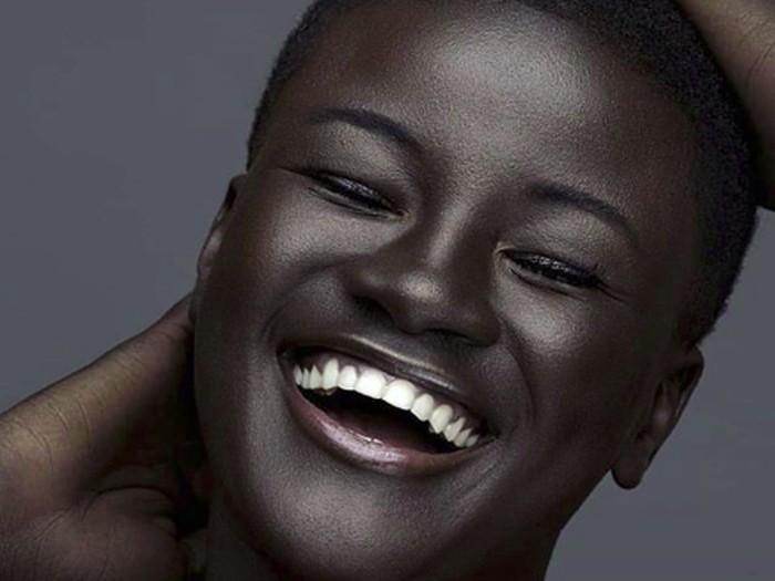 Ini dia Khoudia Diop. Model kelahiran Senegal, 31 Desember 1996 ini tampak mempesona dengan kulitnya yang indah. Ia pun dijuluki Melanin Goddess karena kecantikan kulitnya. (Foto: Instagram/melaniin.goddess)