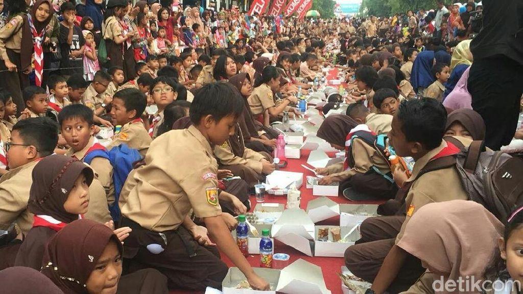 Warga Cirebon Catatkan Rekor Makan Nasi Lengko Terbanyak