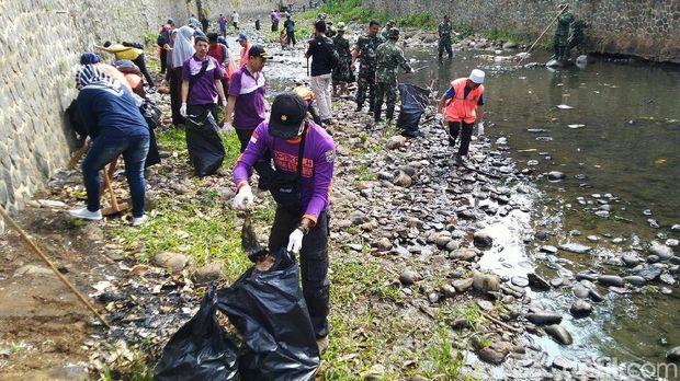 Warga Ciamis Keroyokan Angkut Sampah di Sungai