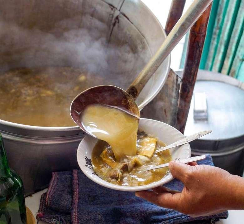 Soto Madura punya ciri khas dimasak dalam panci besar dengan pikulan khas Madura. Kuahnya sedikit kekuningan dengan rasa gurih mantap. Foto : Instagram @sasmitaedo