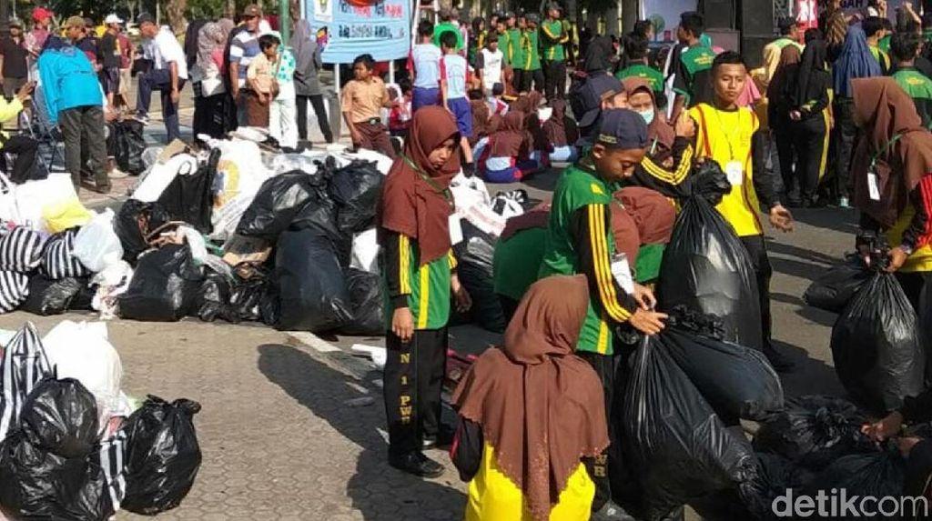 Peringati World Clean Day, Warga Purworejo Punguti Sampah