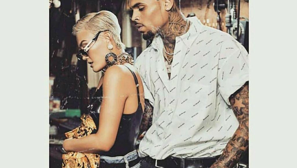 Foto: Gaya Agnez Mo Tampil Edgy Saat Promosi Lagu Bareng Chris Brown