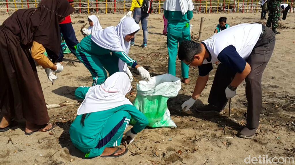 World Cleanup Day di Pacitan, Puluhan Orang Bersih-bersih Pantai
