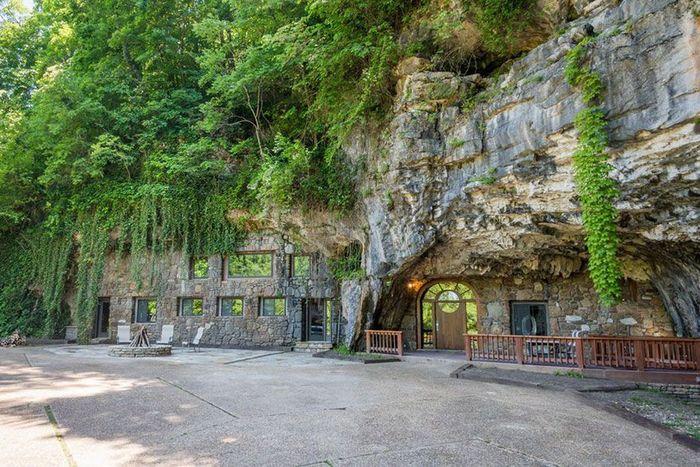 Rumah tersebut sebelumnya disewakan menjadi hotel dan terletak di Arkansas, Beckham Creek Cave Lodge. (istimewa/boredpanda)