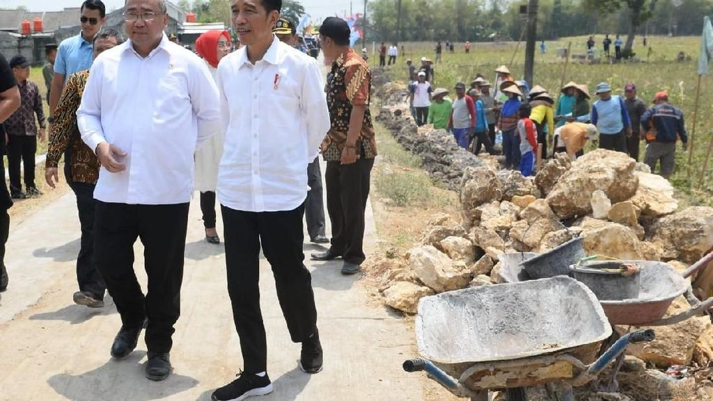 Bareng Jokowi, Mendes Tinjau Pembangunan Talud Penahan Longsor