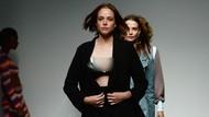 Model Jalan di Catwalk dengan Pompa Asi Saat Fashion Show di London