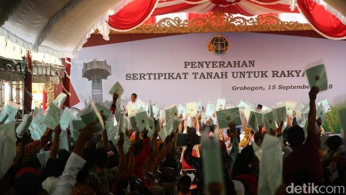Presiden Jokowi menyerahkan 55 ribu sertifikat tanah di Grobogan