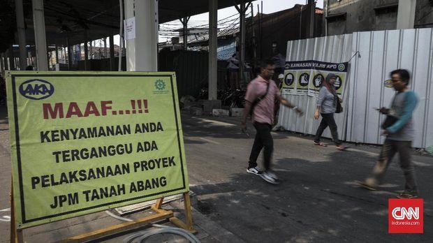 Pekerja melintas di proyek pembangunan jembatan layang multiguna atau skybridge Tanah Abang, Jakarta (15/9).