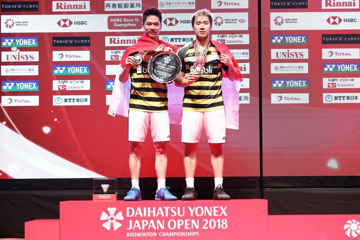 Kevin dan Marcus menerima medali dan trofi Jepang Terbuka 2018. Istimewa/Humas PBSI.