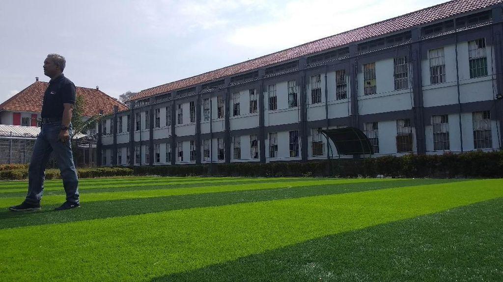 Foto: Saung Dibongkar, Lapangan Futsal Didirikan di LP Sukamiskin