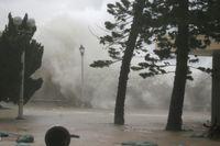 Topan Mangkhut Menghantam Wilayah Tepi Pantai Hong Kong