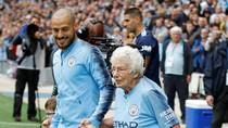 Ketika Nenek-Nenek Usia 102 dan 98 Tahun Iringi Pemain City Masuk Lapangan