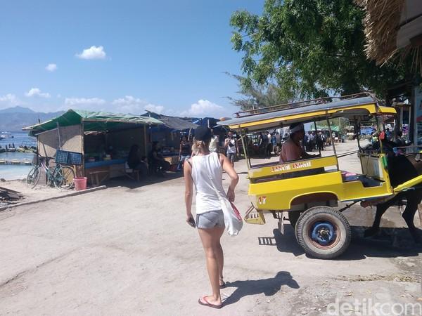 Seorang turis asing tampak berjalan kaki di Gili Trawangan (Harianto Nukman/detikTravel)