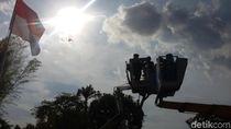 3 Pasang Pengantin Ini Menikmati Sensasi Menikah di Atas Crane