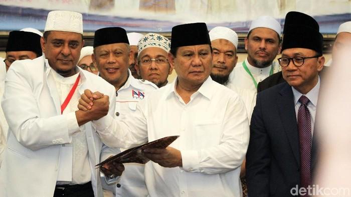 Bakal capres Prabowo Subianto telah menandatangani pakta integritas yang dibuat Ijtimak Ulama II di Hotel Grand Cempaka, Jakarta Pusat, Minggu (16/9/2018).. Usai penandatanganan, Prabowo dan para ulama bergandengan tangan bersama.