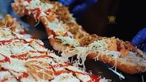 Mumpung Libur, Yuk, Ngemil Roti Long John yang Lagi Hits