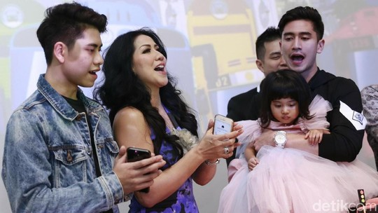 Venna Melinda Kompak dengan Anak-anak