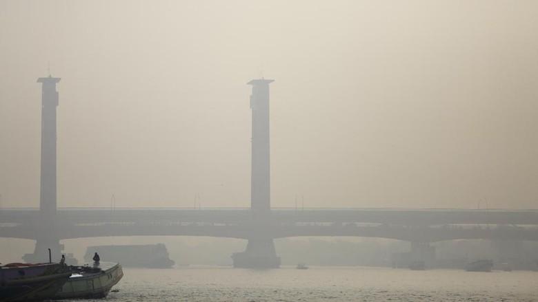 Penampakan Jembatan Ampera dan Sungai Musi yang Tertutup Asap