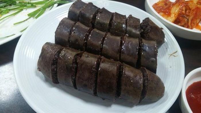 Sosis berwarna hitam khas Korea Selatan ini bernama Sundae (Soondae). Sajian ini terbuat dari usus sapi atau pun babi kemudian diberi isian mie, darah, dan rempah-rempah. Sundae mudah ditemui di penjaja jajanan pinggir jalan.