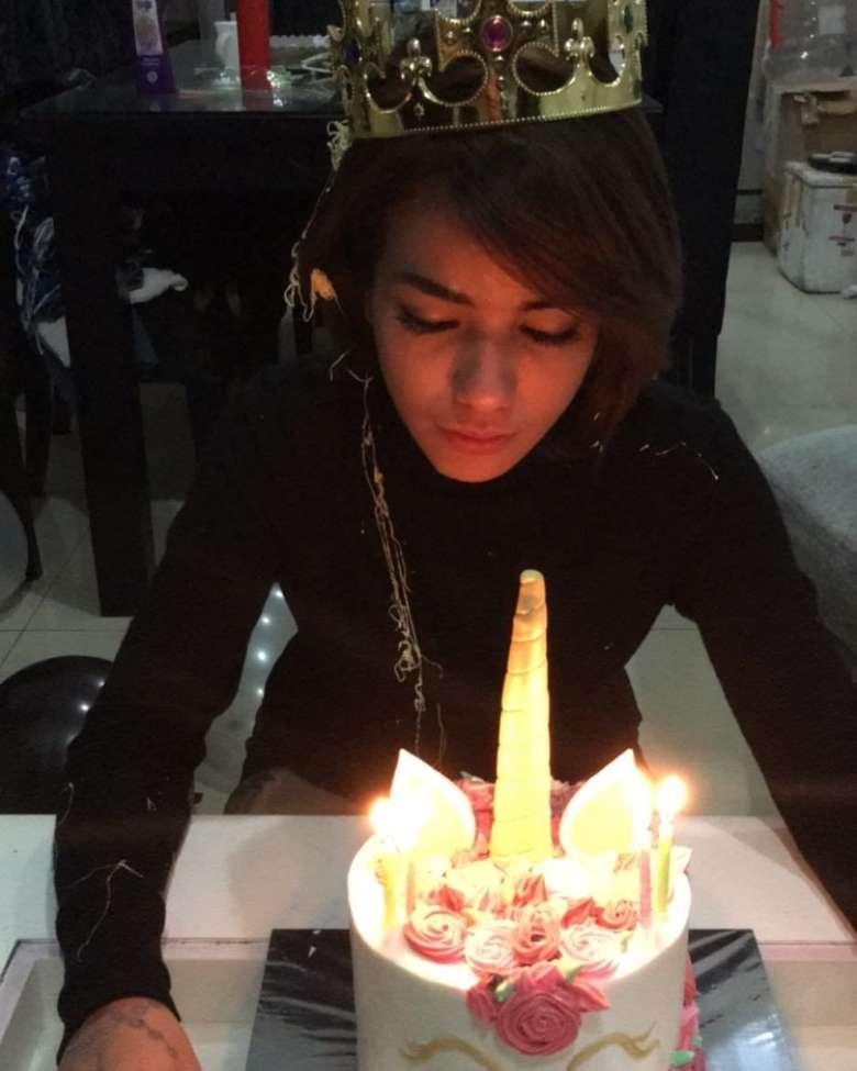 Shelia Marcia Joseph merupakan model dan artis yang kini berprofesi sebaga DJ. Wanita berusia 29 tahun ini rayakan ulang tahun dengan kejutan manis dari teman-temannya, lengkap dengan kue cantik berbentuk Unicorn. Foto: Instagram @itssheilamj