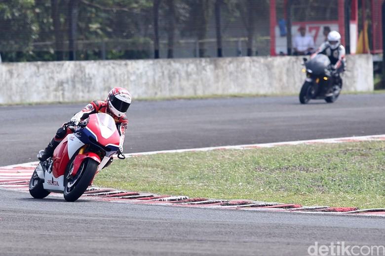 Rheza Danica dan Ganindra Bimo Geber Motor Marquez Versi Jalan Raya di Sentul. Foto: Grandyos Zafna