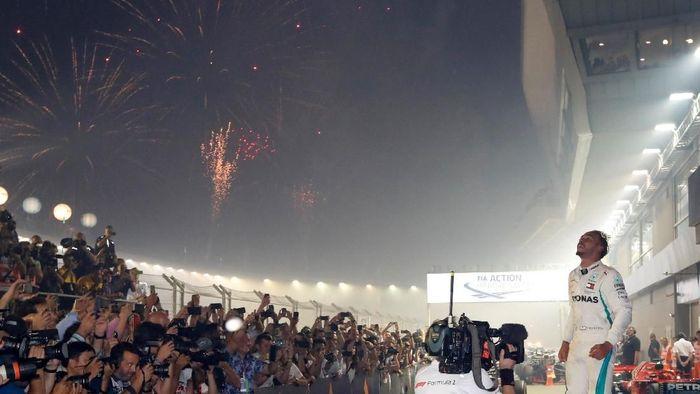 Lewis Hamilton makin kokoh berdiri di puncak klasemen F1 usai menang di Singapura (REUTERS/Kim Hong-Ji)