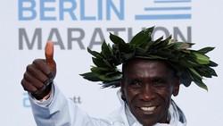 Pelari Kenya, Eliud Kichoge mencatatkan rekor dunia di BMW Berlin Marathon 2018. Jarak 42,195 km dilibasnya dalam waktu tempuh 2 jam 01 menit 39 detik.