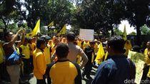 Massa Demo Kantor DPD Golkar Depok, Lalin Macet Parah
