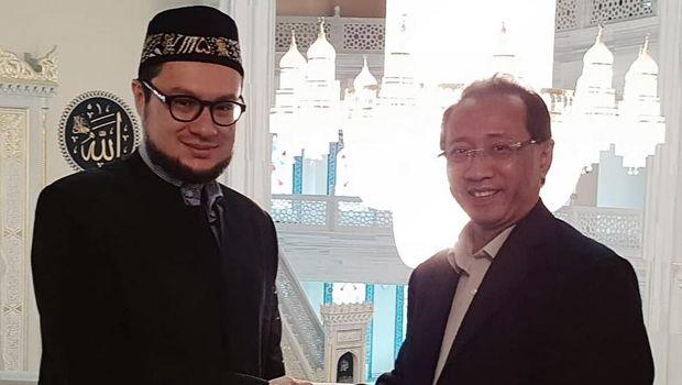 Imam Masjid Agung Moskow Islam Khazrat Zaripov mengenakan peci Indonesia saat bertemu Dubes RI Moskow, M. Wahid Supriyadi dan Delegasi Indonesia di Masjid Agung Moskow, 15 September 2018.