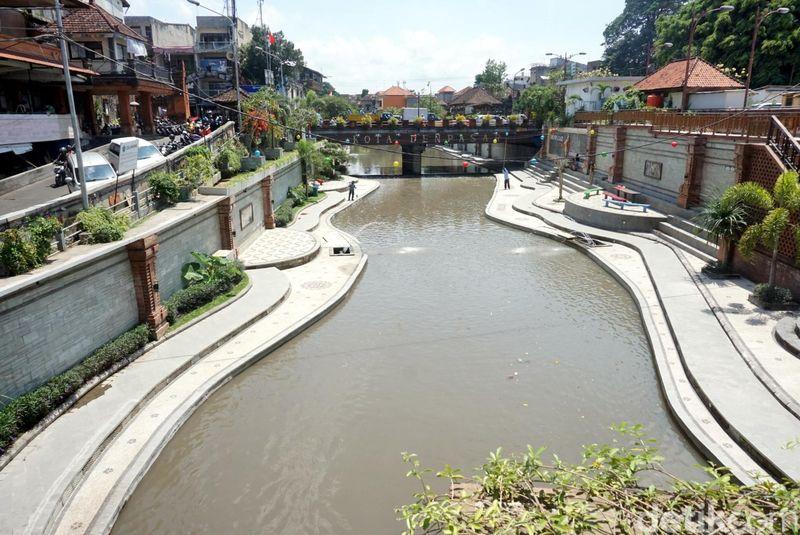 Presiden Jokowi ingin Sungai Ciliwung cantik dan rapi seperti Sungai Cheonggyecheon di Seoul, Korsel. Ternyata di Denpasar, Bali, sudah ada duluan sungai yang tak kalah cantiknya yaitu Taman Kumbasari. (Ditya/detikTravel)