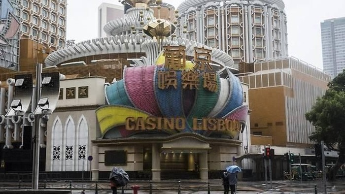 Pedestrians walk past Casino Lisboa which has closed as super Typhoon Mangkhut edges closer to Macau on Sep 16, 2018. (Photo: Isaac Lawrence/AFP)