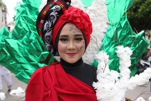 Cantiknya Gadis Gayo dengan Kostum Daur Ulang dan Daun Kopi