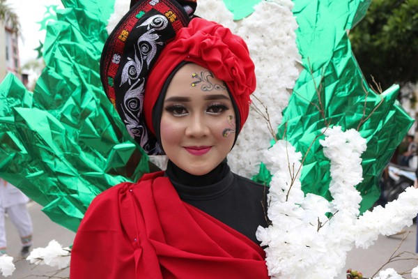 Sampah daur ulang dan daun kopi dirangkai menjadi kostum karnaval yang meriah di Gayo Alas Art Carnaval (Agus Setyadi/detikTravel)