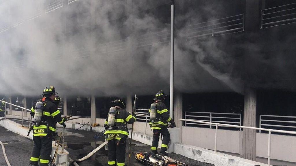 Parkiran Dekat Mal di New York Kebakaran, Asap Tebal Penuhi Udara