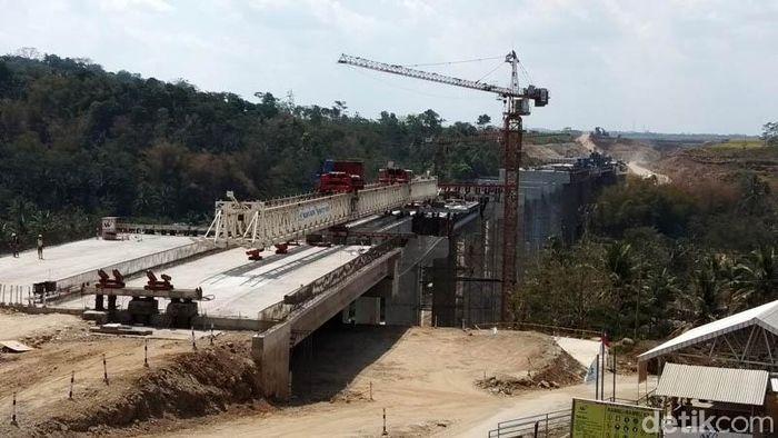 Para pekerja melakukan pengerjaan Jembatan Kali Kenteng di Kecamatan Susukan, Kabupaten Semarang. Pengerjaan itu adalah pemasangan girder.