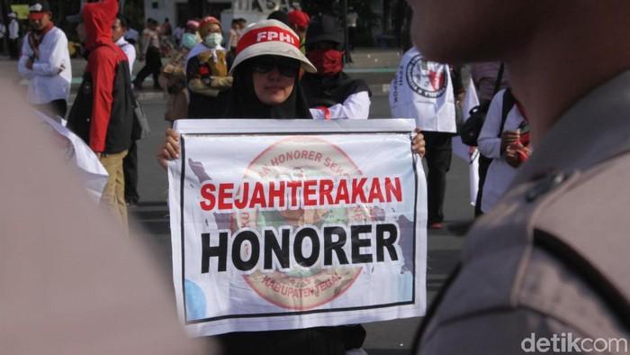 Sejumlah guru honorer menggelar unjuk rasa di depan Istana Merdeka, Jakarta. Para guru menuntut dihapuskannya Permenpan No. 36 Tahun 2018.