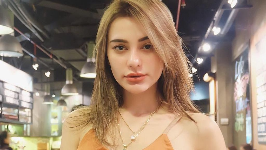 Pesona Nora Alexandra, Model Cantik yang Punya Bibir Seksi