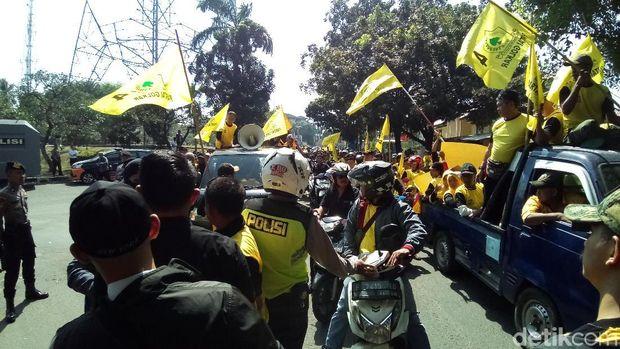 Polisi menahan massa untuk tidak ke kantor DPD Golkar Depok untuk menghindari kericuhan
