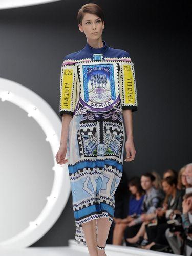 Salah satu karya Mary Katrantzou di London Fashion Week Spring 2013. Ketika itu, prangko dan mata uang menjadi sumber inspirasinya.