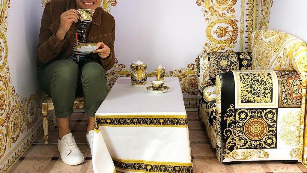 Gaya Kece Henry Golding Saat Makan hingga Pose Seksi DJ Dinar Candy