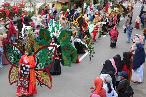 Dalam pawai ini, kostum yang dipakai menggambarkan budaya dan keasrian alam Gayo. Beberapa peserta mengenakan baju seperti terbuat daur ulang, aktivitas sehari-hari, hingga bernuansa kopi (Agus Setyadi/detikTravel)