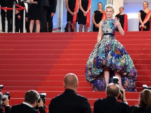 Cate Blanchett memakai gaun Mary Katrantzou di Cannes Film Festival 2018.