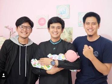 Dito sedang menjenguk teman yang istrinya baru melahirkan, Bun. Semoga cepat ketularan ya Dito. (Foto: Instagram@ananditodwis)
