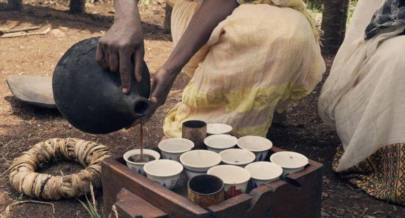 Lokasinya di pedesaan Bonga, dataran tinggi selatan Kafa di Ethiopia. Kopi di sini biasa disajikan saat acara-acara tertentu sebagai minuman utama dan dilengkapi dengan roti lokal bikinan sendiri lalu dibagikan kepada tamu (Thomas Lewton/BBC Travel)