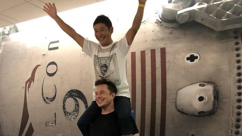 Elon Musk gendong Yusaku (elonmusk/Twitter)