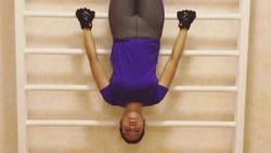 Pevita Pearce dikenal sebagai salah satu aktris dengan gaya hidup sehat yang senang olahraga. Apa saja olahraga Pevita? Yuk intip gayanya di sini.