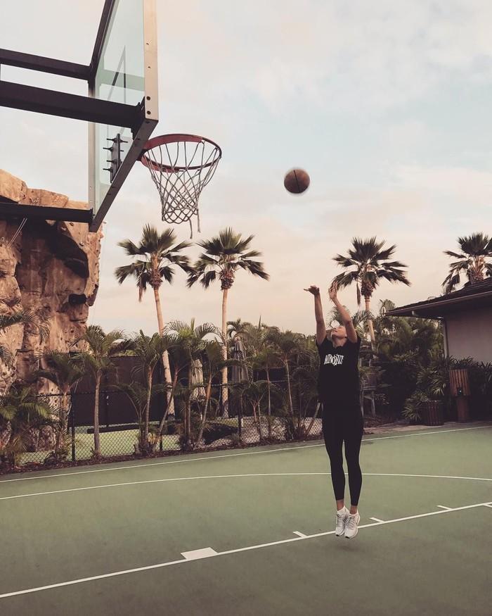 Ballin sunset workouts, tulis Maria dalam salah satu fotonya. (Instagram/mariasharapova)
